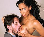 Порно босса со стройной привлекательной брюнеткой в офисе - 1