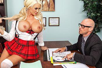 Порно директора с сисястой молоденькой школьницей