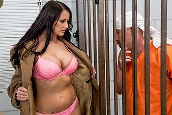 Порно заключенного со страстной брюнеткой в чулках