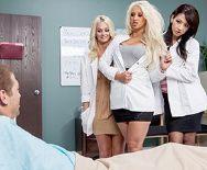 Смотреть красивое порно видео с сексуальной медсестрой с большими сиськами в униформе - 1