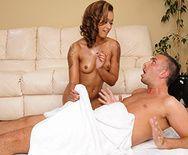 Красивый секс с темнокожей шатенкой после массажа - 1