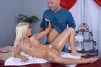 Анальный секс со стройной блондинкой после нежного массажа