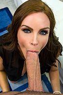 Смотреть жаркое порно на диване со взрослой дамочкой в чулках #3