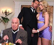 Порно парень жестко ебет в анал опытную блондинку - 1