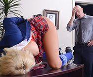 Смотреть жаркое порно с молоденькой блондинкой в униформе школьницы - 1