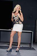 Смотреть порно сексуальной пышной блондинки на столе #1