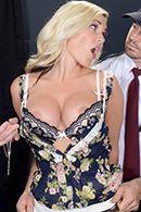 Смотреть порно сексуальной пышной блондинки на столе #2