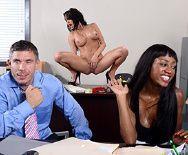 Смотреть порно босса с роскошной привлекательной брюнеткой - 1