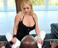 Межрасовый секс пышной блондинки с негром - 1