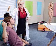 Красивый секс втроем с очаровательными блондинками - 1