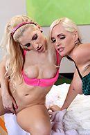 Красивый секс втроем с очаровательными блондинками #5