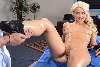 Смотреть секс милой блондинки с нежным массажистом