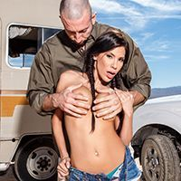 Анальный секс с горячей брюнеткой на трассе