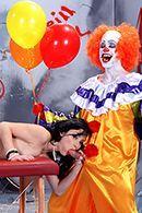 Секс клоуна с роскошной брюнеткой #3