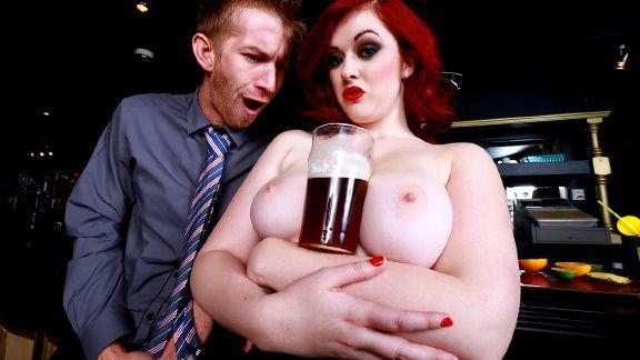 Порно с рыженькой развратницей на баре