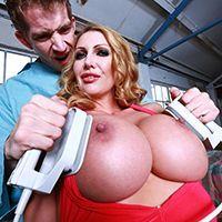 Смотреть как соблазнительная блондинка в чулках сквиртит после секса