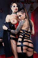 Лесбиянки в латексе страстно дрочат киски #1