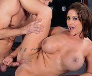 Смотреть горячий секс с пышной брюнеткой в спортзале - 4