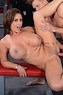 Смотреть горячий секс с пышной брюнеткой в спортзале #3