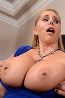 Порно на кухне со зрелой блондинкой #3