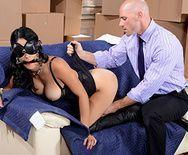 Секс лысого на складе с горячей брюнеткой в эротическом наряде - 2