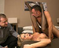 Смотреть секс с ненасытной сексуальной блондинкой в черных чулках - 3