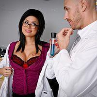 Смотреть жаркое порно соблазнительной медсестры с доктором на кровати