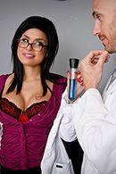 Смотреть жаркое порно соблазнительной медсестры с доктором на кровати #2