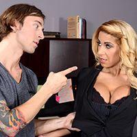 Страстный секс в офисе с обворожительной блондинкой