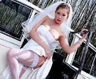 Порно жениха с сексуальной невестой в машине - 1