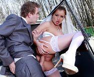 Порно жениха с сексуальной невестой в машине - 4