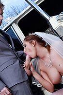 Порно жениха с сексуальной невестой в машине #3