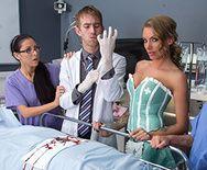 Порно стройной медсестры с доктором на работе - 1