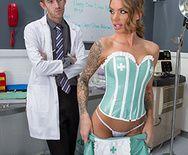 Порно стройной медсестры с доктором на работе - 2