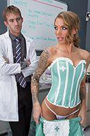 Порно стройной медсестры с доктором на работе #2