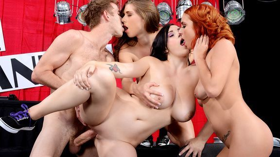 Групповой секс с красотками на порно шоу