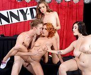 Групповой секс с красотками на порно шоу - 3
