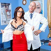 Порно доктора со стройной длинноногой брюнеткой