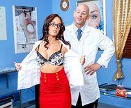 Порно доктора со стройной длинноногой брюнеткой - 1