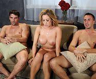 Смотреть групповой секс с обворожительной блондинкой - 5
