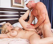 Шикарный секс лысого с пышногрудой блондинкой в возрасте - 4