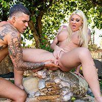 Привлекательная блондинка сквиртит у бассейна