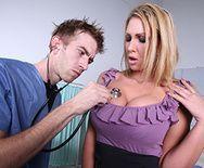 Порно доктора с восхитительной взрослой блондинкой в чулках - 1