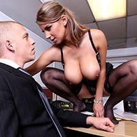 Порно с сиськатой блондинкой в офисе