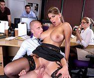 Порно с сиськатой блондинкой в офисе - 2