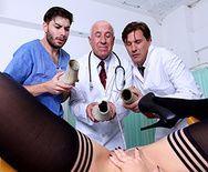Обильный сквирт горячей брюнетки после секса с доктором - 1