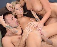 Привлекательные блондинки устроили секс втроем - 5