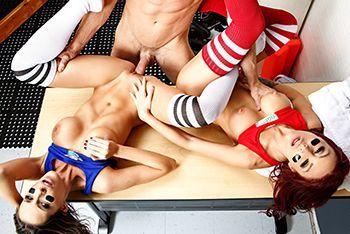 Секс втроем с молодыми школьницами в раздевалке