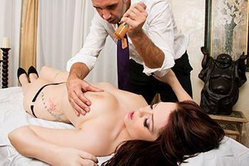 Нежный секс массажиста с молоденькой красоткой с татуировками