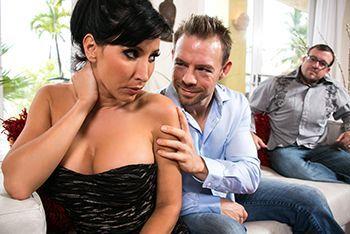 Смотреть жаркое порно со зрелой брюнеткой